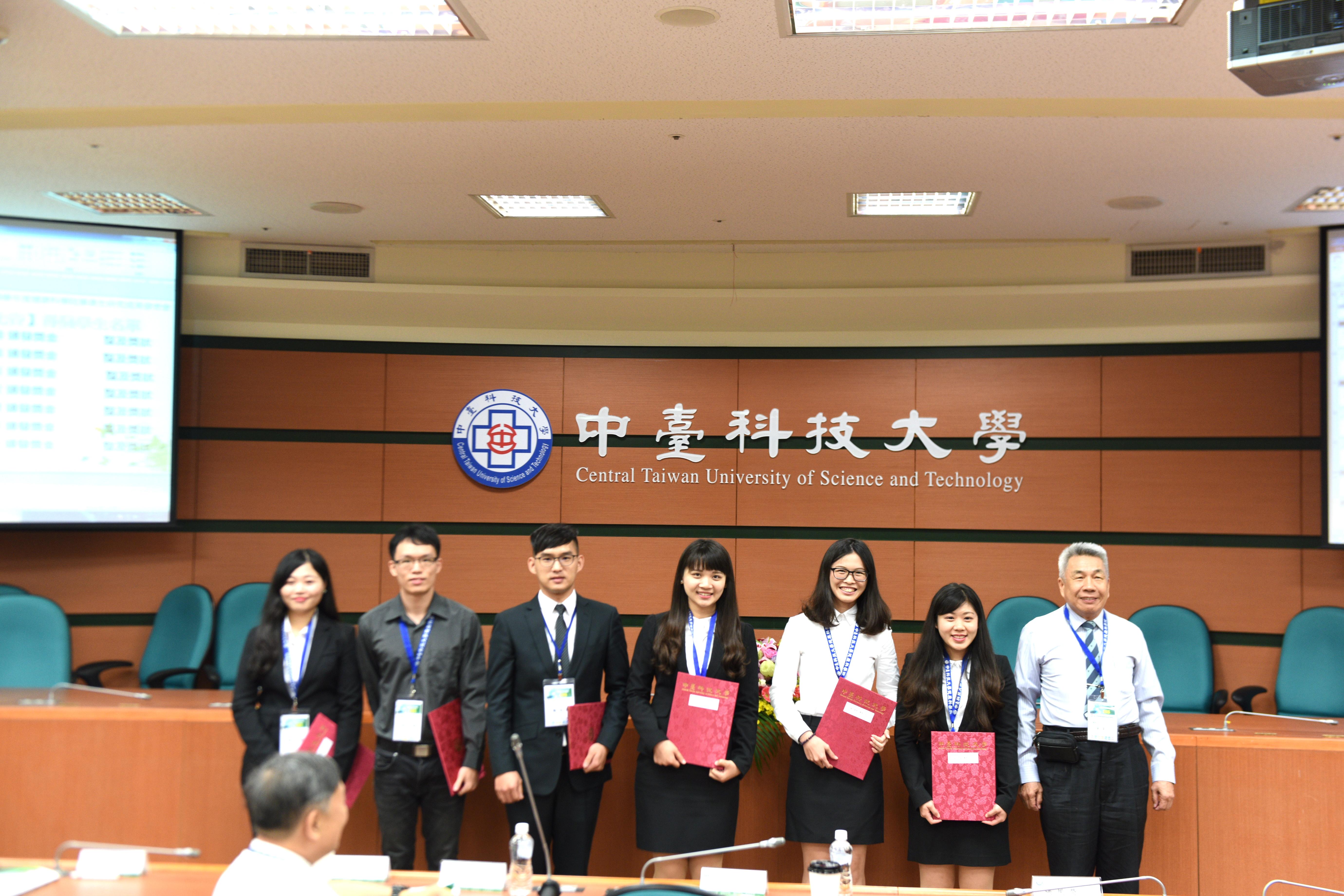 本所研究生施旻宏(左三)榮獲第九屆畢業生成果發表會論文壁報佳作(106.6.2)