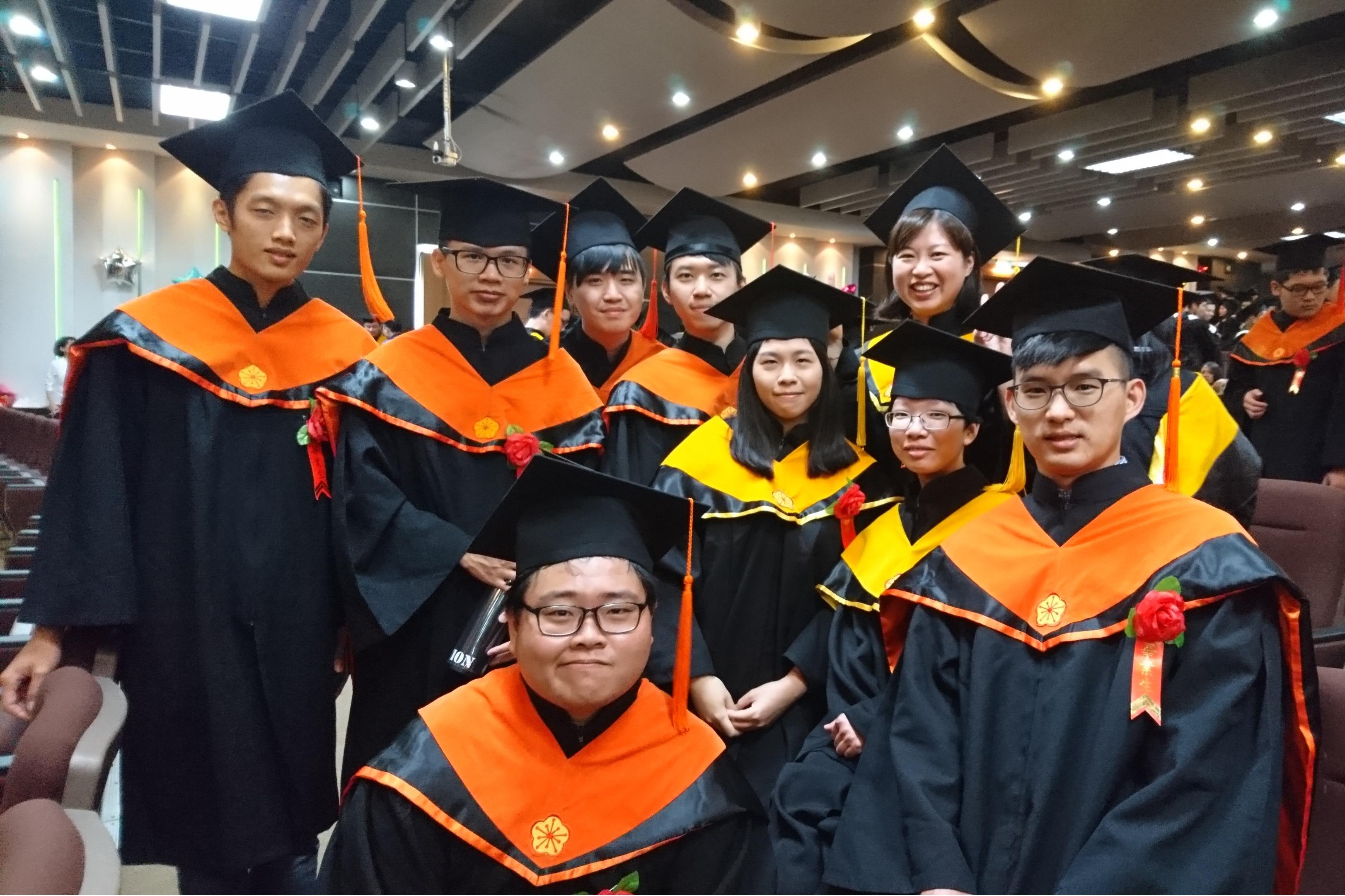 105學年度畢業典禮,學生於大禮堂會場合影(106.6.10)