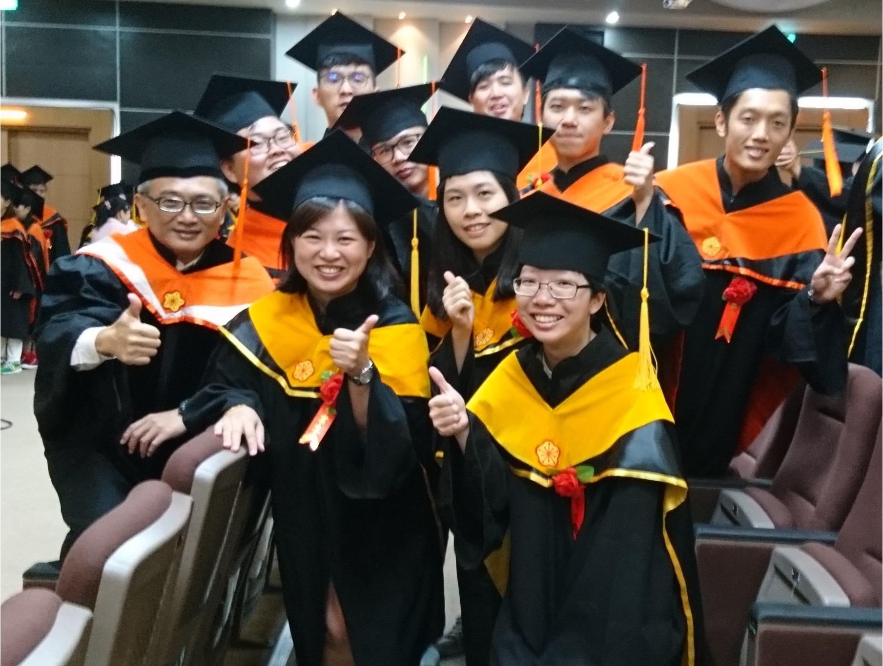 105學年度畢業典禮,學生與林志郎導師(左一)於大禮堂合影(106.6.10)